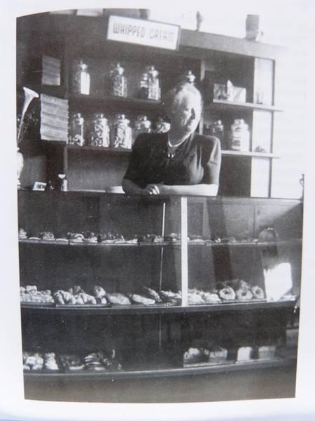 Hedwig Eisfelder, die Tochter von Nathan Lambertz in ihrem Café 1944, Aufnahme Horst P. Eisfelder: Exil in China, S. 135