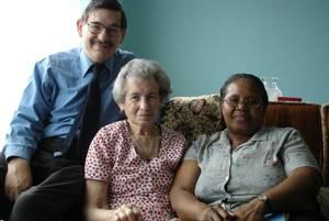 Esther Mace, geborene Selmanson, mit ihrem Sohn Stanley und seiner Frau, Gloucester 2005, Foto: Heidemarie Kugler-Weiemann