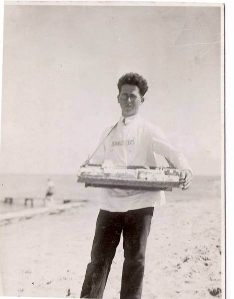 Leo Opler in the summer of 1920 as a beach salesperson in Niendorf on the Baltic Sea.