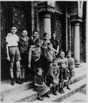 Gruppe von Schülern und Schülerinnen der jüdischen Religionsschule vor der Lübecker Synagoge im Sommer 1938; Foto: Adolf Doum, heute Abraham Domb-Dotan