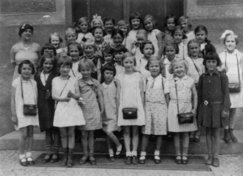 Emma Grünfeldt with her class 1933/34; from the private archive of Dr. Peter Guttkuhn