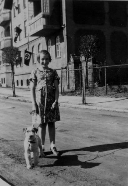 Inge Kenziorek mit dem Hund der Familie in Soldin / Neumark