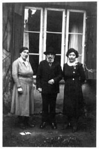 """Auf der Rückseite des Fotos aus dem Nachlass von Rosa Korn, geborene Lexandrowitz, Israel steht: """"Herr Morgenstern mit seinen beiden Töchtern Sara und Rahel""""."""