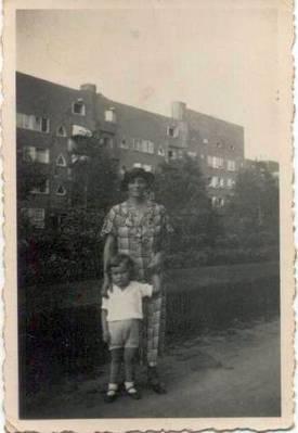 Franziska und Ingrid Emmering in Amsterdam (ca. 1936) [8]