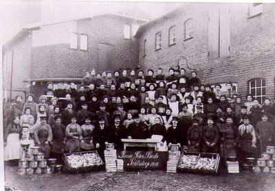 Belegschaft der Firma Peter Bade, 1910 [3]