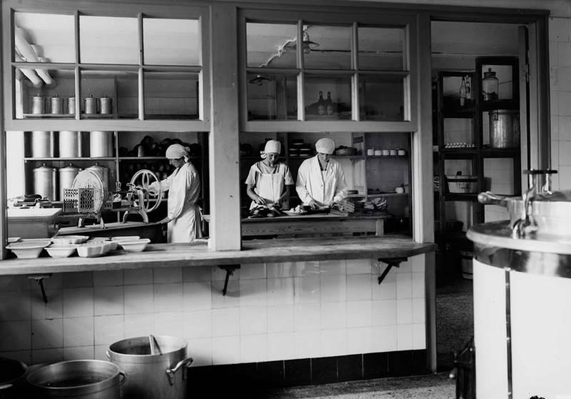 3 FOTOS: Küche, Wäscherei und Bügelstube im Heim Vorwerk in den 1930er Jahren, Fotoarchiv Museum für Kunst und Kulturgeschichte der Hansestadt Lübeck