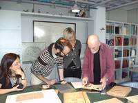 Yoram Hartogsohn mit Sohn Ido und Tochter Yael im Archiv der Hansestadt Lübeck, Foto H.K-W 2010
