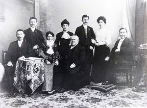 Israel Moses and Sophie Rubensohn and their six grown children.  Picture from the family's collection.
